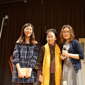 翻译奖获得者晗含(右)和女儿在领奖台上与诗人王渝合影