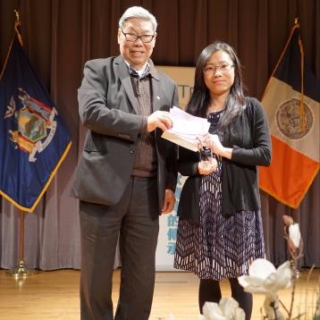 美女诗人甘草(右),代获奖者离兵领奖
